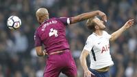 Pemain Manchester City, Vincent Kompany (kiri) menghalau bola dari jangkauan pemain Tottenham, Harry Kane pada lanjutan Premier League di Wembley Stadium, (14/4/2018). Manchester City menang 3-1. (AP/Frank Augstein)
