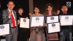 Founder & Chairman MarkPlus, Inc. Hermawan Kartajaya (kiri) foto bersama dengan penerima penghargaan untukbrandatau merek dengan nilai rekomendasi dalam acara WOW Brand Festive Day di Jakarta, Kamis (8/3). (Liputan6.com/Immanuel Antonius)