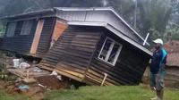 Seorang pria melihat kondisi sebuah rumah yang roboh akibat gempa melanda Papua Nugini, Selasa (27/2).Gempa berkekuatan 7,5 SR yang mengguncang pada Senin pagi juga merusak infrastruktur pertambangan dan listrik. (Jerol Wepii via AP)