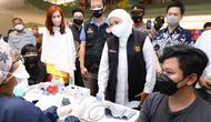 Gubernur Jawa Timur Khofifah Indar Parawansa saat meninjau vaksinasi di Ciputra World, Surabaya, Jawa Timur, Jumat (3/9/2021). (Ist)