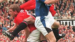 2. Steve Bruce (Manchester United) – Bek Setan Merah ini dikenal sebagai pemain yang berbahaya saat menyerang dan terkenal sebagai penalty takers yang paling produktif. Secara keseluruhan, Bruce mencetak 113 gol sepanjang karirnya. (AFP/Gerry Penny)