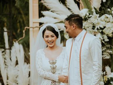 Senyum lebar terpancar di wajah Mutia Ayu sambil melihat suami barunya, Glenn Fredly. Pernikahan mereka yang digelar tertutup di Taman Kajoe, Ampera, Jakarta. (Liputan6.com/IG/@mutia_ayuu)