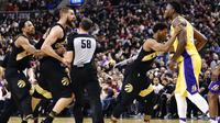 Center Toronto Raptors Jonas Valanciunas (dua dari kiri) bersitegang dengan forward Los Angeles Lakers Julius Randle pada laga NBA di Air Canada Centre, Minggu (28/1/2018) atau Senin (29/1/2018) WIB. (AFP/Frank Gunn)
