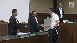 Terdakwa mantan anggota Komisi I DPR, Fayakhun Andriadi usai menjalani sidang tuntutan kasus dugaan suap Bakamla di Pengadilan Tipikor, Jakarta, Rabu (31/10). Fayakhun dituntut 10 tahun penjara dan denda Rp 1 miliar. (Liputan6.com/Herman Zakharia)