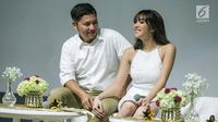 Pasangan selebritis Gading Marten dan istrinya Gisella Anastasia menunjukkan kemesraannya saat hadir dalam konferensi pers dikawasan Jakarta, Kamis (1/2). (Liputan6.com/Faizal Fanani)