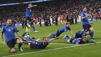 Para pemain Timnas Italia merayakan kemenangan atas Inggris pada laga final Euro 2020 di Stadion Wembley, London, Senin (12/07/2021). (Foto: AP/Andy Rain)