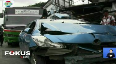 Kecelakaan membuat pengemudi taksi mengalami patah tulang kaki dan dilarikan ke Rumah Sakit Pelni Palmerah.
