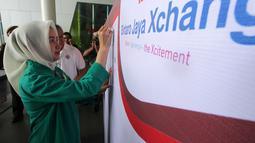 Walikota Tangerang Selatan Airin Rachmy Diani menandatangani papan donor darah di, Tangerang Selatan, Banten, Minggu (21/8). Kegiatan donor darah ini merupakan kepedulian para pengusaha yang diharapkan bisa membantu PMI. (Liputan6.com)