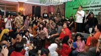 Para pendukung dan simpatisan sibuk mengabadikan moment saat Presiden terpilih 2014-2019, Joko Widodo, menyampaikan sambutannya saat acara Halal bi Halal di Jakarta, (8/8/2014). (Liputan6.com/Panji Diksana)