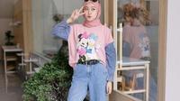 Inspirasi gaya cute dengan printed t-shirt lucu dan kulot denim. (dok. Instagram/ @saritiw/ https://www.instagram.com/p/CETr4o5AXFc/?igshid=sl4540tgkfn1/ Dinda Rizky)