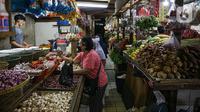 Suasana jual beli di Pasar Tebet Timur, Jakarta, Jumat (11/6/2021). Sebelumnya, pemerintah berencana menjadikan bahan pokok sebagai objek pajak. (Liputan6.com/Faizal Fanani)