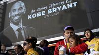Para fans berduka atas meninggalnya Kobe Bryant di depan La Live seberang Staples Center, kandang Los Angeles (LA) Lakers di Los Angeles, Minggu (26/1/2020). (Keith Birmingham / The Orange County Daftar melalui AP)