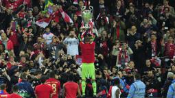 Tujuh tahun kemudian, Neuer bersama Bayern Muenchen kembali meraih treble winners di bawah asuhan pelatih Hansi Flick. Raihan treble winners kedua Bayern ini berhasil menyamai rekor milik Barcelona pada 2015, yang juga sukses meraih treble winners dua kali. (Foto: AFP/Glyn Kirk)