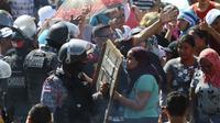 Polisi berusaha menenangkan warga sipil yang khawatir tentang kerusuhan di sebuah penjara Brasil, Minggu 26 Mei 2019 (AP/Edmar Barros)