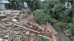 Kondisi tanah longsor di depan Gedung SDIT An-Najah, Kecamatan Cipayung, Kota Depok, Jawa Barat, Selasa (18/2/2020). Hingga saat ini belum ada penanganan serius dari Pemerintah Kota Depok terkait longsor tersebut. (merdeka.com/Iqbal Nugroho)