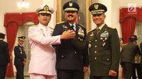 Marsekal Hadi Tjahjanto (tengah) foto bersama dengan KSAL  Laksamana, Ade Supandi (kiri) dan KSAD Jenderal Mulyono usai upacara pelantikan sebagai Panglima TNI di Istana Negara, Jakarta, Jumat (8/12). (Liputan6.com/Angga Yuniar)