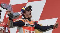 Marc Marquez merayakan kemenangan di MotoGP Argentina, Senin dini hari WIB (1/4/2019). (AFP/Juan Mabromata)