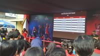 Para peserta saat menatap layar untuk pengumuman lolos screening Audisi Umum Beasiswa Bulu Tangkis di Surabaya (Liputan6.com/Defri Saefullah)