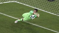 Kiper Brasil, Alisson Becker menepis tembakan penalti Gustavo Gomez dari Paraguay (AP Photo)