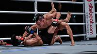 Adrian Matheis (kanan) mengalahkan Himanshu Kaushik pada ajang ONE Championship di Jakarta, Jumat (3/5). (ONE Championship)