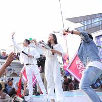 Bintang utama sinetron STJC, Varrel Bramasta dan Natasha Willona tampil kompak mengenakan pakaian putih. Dari atas panggung, para pemeran sinetron ini menyapa penggemarnya membagi-bagikan bunga. (Daniel Kampua/Bintang.com)