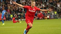 Erling Haland masuk dalam daftar pemain yang mencetak hattrick pada laga debut di Liga Champions. (AFP/Krugfoto)