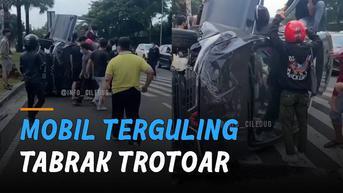 VIDEO: Tabrak Trotoar, Mobil Ditumpangi Satu Keluarga Terguling
