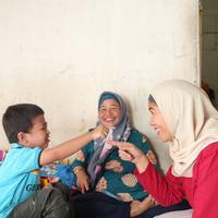 Kepergian anak ketiga Yeni Dwi Mulyaningsih menjadi tangan panjang bagi mereka yang membutuhkan. (Fotografer: Bambang E. Ros/Fimela.com)