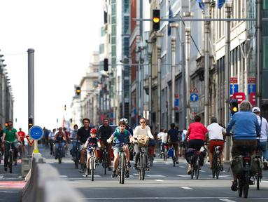Orang-orang bersepeda di sebuah jalan dalam acara Hari Minggu Bebas Kendaraan Bermotor (Car Free Sunday) di Brussel, Belgia, pada 20 September 2020. (Xinhua/Zheng Huansong)