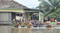 Zumi Zola meninjau lokasi banjir di Kabupaten Muarojambi. (Bangun Santoso/Liputan6.com)