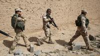 Sejumlah tentara Irak berjalan di sebuah desa dari Mahana sekitar 60 km sebelah selatan dari Mosul, Irak, (28/4/2016). Tentara Irak berhasil mengalahkan Militan ISIS yang menguasai Mosul sejak Juni 2014. (REUTERS/Goran Tomasevic)