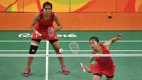 Greysia Polii/Nitya Krishinda Maheswari, kalah dua gim langsung 11-21, 14-21 dari pasangan China, Tang Yuanting/Yu Yang. (AFP/Ed Jones)