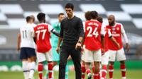 Manajer Arsenal, Mikel Arteta, menyebut absen di kompetisi Eropa musim depan jadi pukulan besar buat timnya. (AFP/Julian Finney)