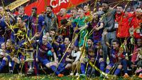 Para pemain Barcelona berpose dengan  trofi Copa del Rey setelah memenangkan pertandingan melawan Sevilla pada babak final di stadion Wanda Metropolitano di Madrid, Spanyol (21/4). Barcelona menang telak 5-0.  (AP Photo / Paul White)