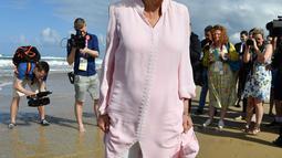 Istri Pangeran Charles, Duchess of Cornwall Camilla berjalan tanpa alas kaki di atas pasir pantai saat mengunjungi Broadbeach di Gold Coast, Kamis (5/4). Pangeran Charles dan Camilia ke Australia untuk menghadiri pembukaan Commonwealth Games. (AP Photo)