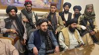 Pejuang Taliban menguasai Istana Kepresidenan Afghanistan di Kabul, Afghanistan, Minggu (15/8/2021). Para diplomat Amerika Serikat telah dipulangkan dari kkedutaan mereka di Afghanistan. (AP Photo/Zabi Karimi)