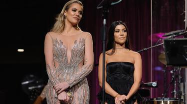 Khloe dan Kourtney Kardashian berada di atas panggung sebuah acara amal di New York City, New York, 21 November 2016. The Kardashian bersaudara itu tampil sangat seksi. (Dimitrios Kambouris/Getty Images for Gabrielle Angel Foundation/AFP)