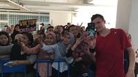 Pebulutangkis putra Denmark, Viktor Axelsen, menyempatkan waktu berfoto bersama penggemarnya di Indonesia Masters 2019, Rabu (23/11/2019). (Bola.com/Benediktus Gerendo Pradigdo)
