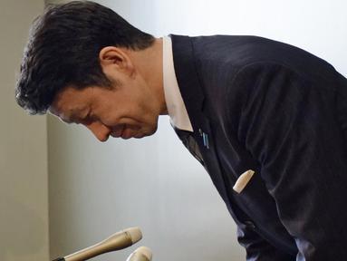 Gubernur Niigata, Ryuichi Yoneyama membungkuk ketika menggelar konferensi pers di kota Niigata, Jepang, 17 April 2018. Tokoh penentang reaktor nuklir di negara tersebut mengundurkan diri terkait skandal seks yang menyeret dirinya. (JIJI PRESS / AFP)