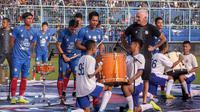 Hendro Siswanto (tengah) saat memimpin rekan-rekannya menabuh drum dalam launching tim Arema di Stadion Kanjuruhan, Kabupaten Malang (23/2/2020). (Bola.com/Iwan Setiawan)