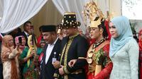 Acara prosesi adat berlangsung di kediaman keluarga Bobby di kompleks Bukit Hijau Regency, Medan, Jumat pagi hingga Sabtu siang. Acara penuh makna berlangsung meriah. (Deki Prayoga/Bintang.com)
