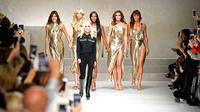 Donatella Versace bersama mantan supermodel dunia, Carla Bruni, Claudia Schiffer, Naomi Campbell, Cindy Crawford dan Helena Christensen berjalan di catwalk pagelaran busana Versace dalam ajang Milan Fashion Week, 22 September 2017. (MIGUEL MEDINA / AFP)