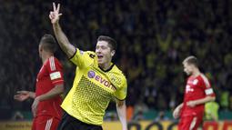 Nama Robert Lewandowski (tengah) sangat akrab di telinga fans Dortmund. Selama empat tahun membela Dortmund, ia jadi sosok yang sangat diandalkan di lini serang Die Borussen. (Foto: AP/Michael Sohn)