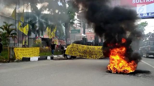 Nurdin Halid yang menghadiri deklarasi pasangan bakal calon gubernur Sulawesi Tenggara, Ali Mazi - Lukman Abunawas, mendapat protes dari ratusan pengurus Golkar.