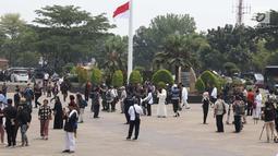 Warga memenuhi TMP Kalibata untuk melihat prosesi pemakaman Presiden RI ke-3 BJ Habibie, Jakarta, Kamis (12/9/2019). BJ Habibie wafat pada Rabu (11/9) di usia 83 tahun. (Liputan6.com/Helmi Fithriansyah)