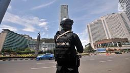 Pasukan Brimob Polda Metro Jaya saat berjaga di kawasan Bundaran HI, Jakarta, Minggu (30/12).  Apel tersebut dalam rangka meningkatkan pengamanan jelang malam Tahun Baru. (Merdeka.com/Iqbal S. Nugroho)