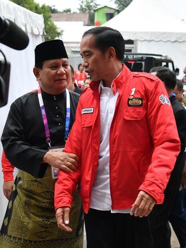 Potret Jokowi - Prabowo Peluk Atlet Silat Peraih Emas Asian Games 2018