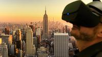 Pengunjung mengenakan kacamata Virtual Reality (VR) 3D untuk melihat karya seni berupa poster pemandangan New York dalam pameran bertajuk 'Tricked! - The Spectacular Illusion Exhibition' di Kastil Augustusburg, Jerman, 1 Oktober 2019. (AP/Jens Meyer)