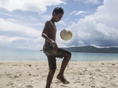 Pesepak bola SSB Tulehu Putra, Alghy Nahumarury, mengolah bola saat latihan di tepi Pantai Tial, Maluku, Rabu (16/11/2017). Dirinya merupakan salah satu pemain muda berbakat dari Negeri Tulehu. (Bola.com/Vitalis Yogi Trisna)