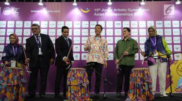 Menpora, Imam Nahrawi (keempat kiri) dan Ketua INASGOC, Erick Thohir (kedua kanan) secara resmi membuka Kejuaraan Junior Senam Artistik Asia ke-15 di Istora Senayan, Jakarta, Rabu (25/4). 20 negera turut serta. (Liputan6.com/Helmi Fithriansyah)